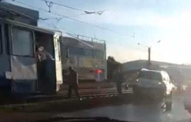 Трамвай VS две машины