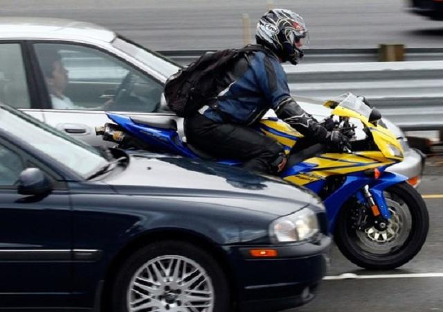 Движение между рядами – на совести мотоциклистов
