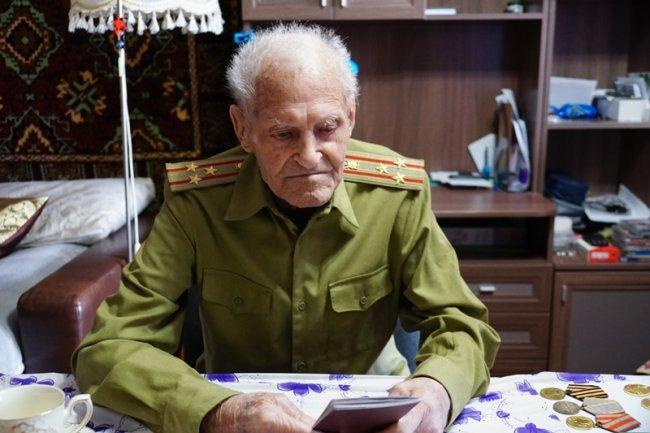 Ветерану войны вручили российский паспорт