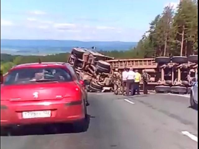 Под Магнитогорском перевернулся грузовик
