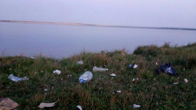 Дети плавают среди мусора