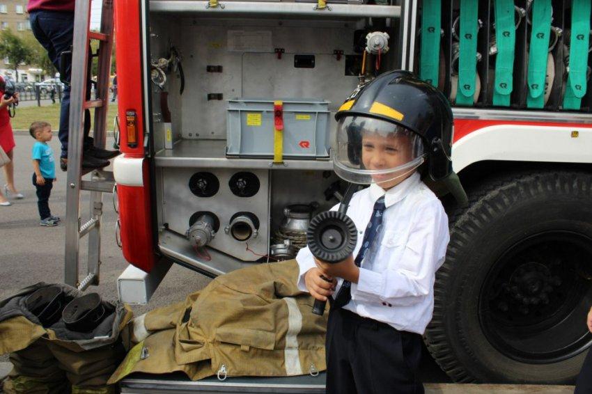 Первоклассники побывали в роли пожарных