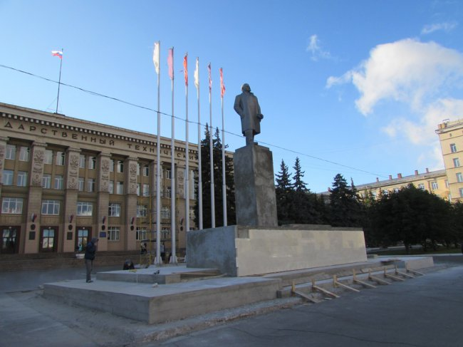 Ленин «обрастает» мрамором