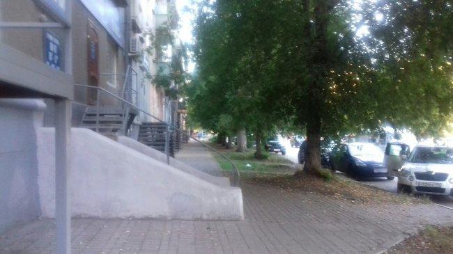 А посередине тротуара – крыльцо