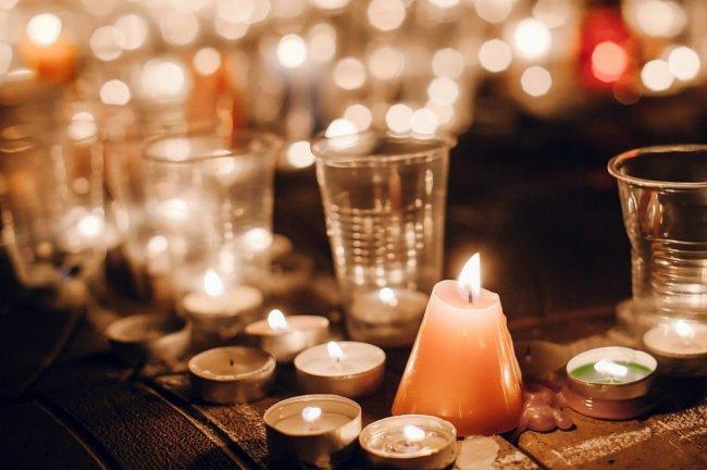 Остались только шары, плакаты и молитвы