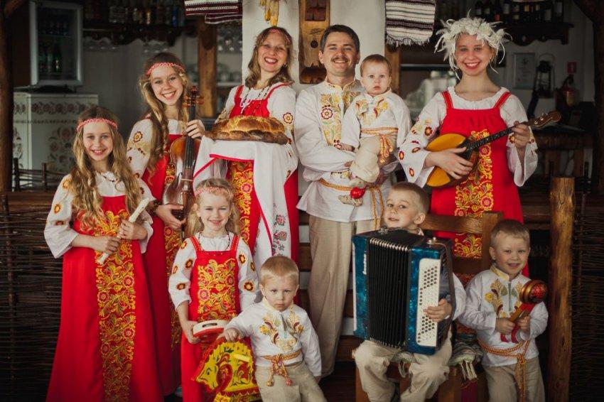 Мама, папа и 9 детей