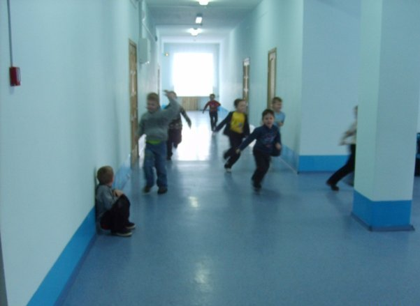 Школьники занимались физкультурой в коридоре