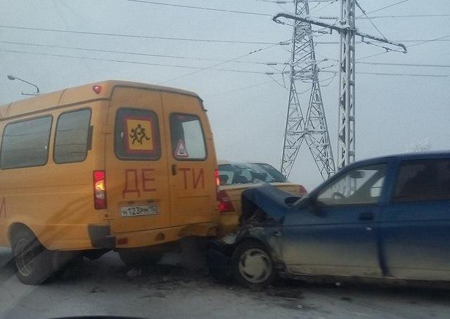 «Десятка» влетела в школьный автобус