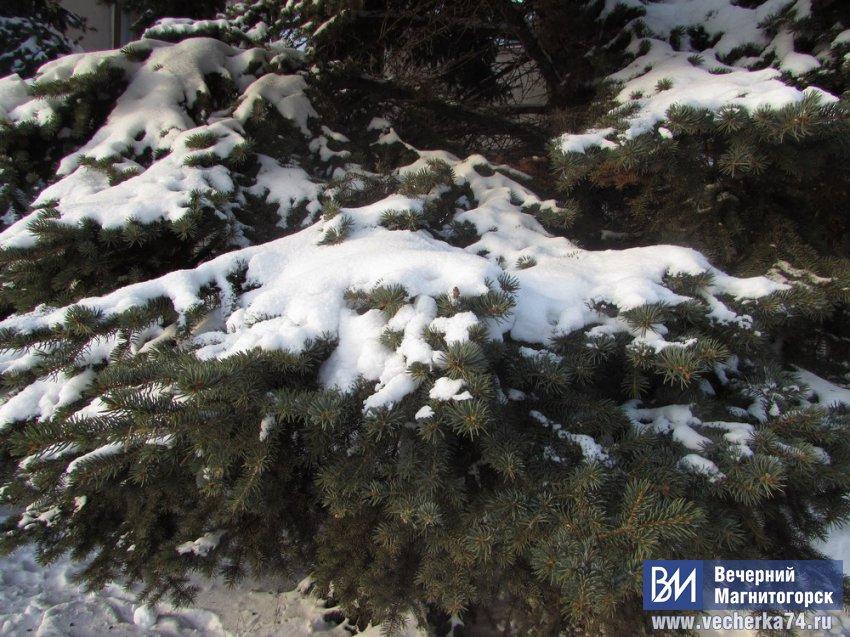 Падает снег, заметает город