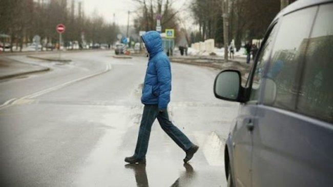 Семилетний мальчик бежал мимо «зебры» и очутился под колёсами