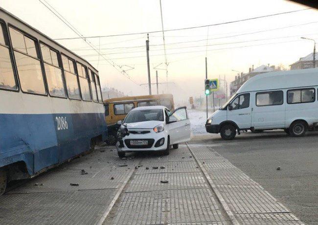 Кia поцеловался с трамваем