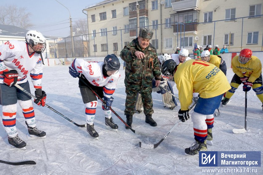 Взрослые и дети сыграли в хоккей