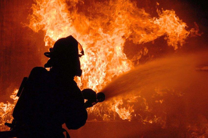 Пожарные вытащили из огня человека