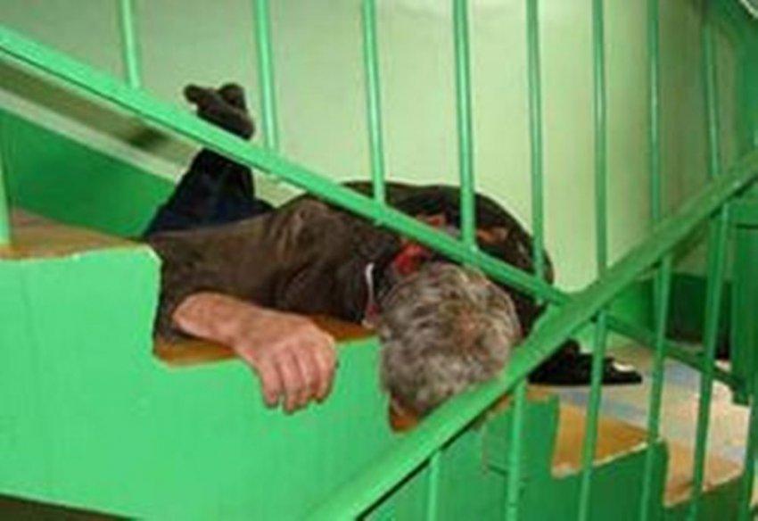 Спать пьяным в подъезде – вредно