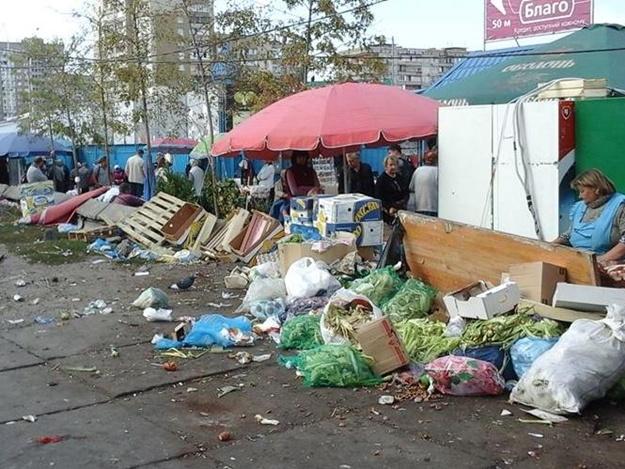 В районах «гоняют» торговцев с тротуаров
