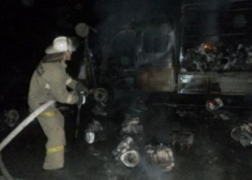 Во дворе жилого дома загорелась пассажирская