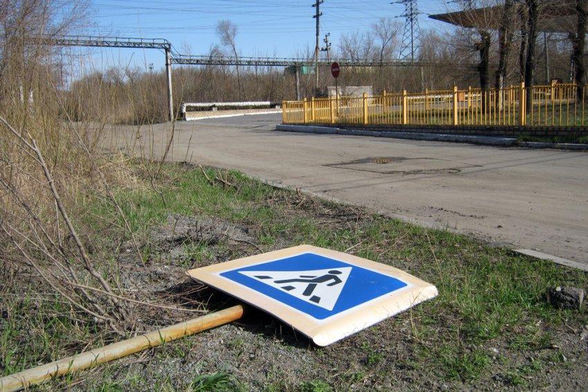 Сильный ветер снёс дорожный знак