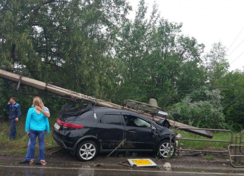 Столб упал на крышу автомобиля