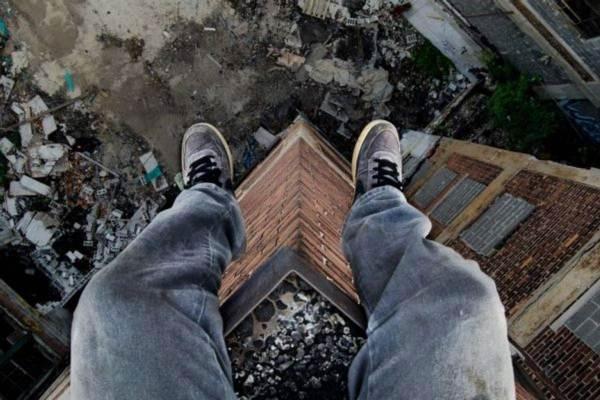 Подростки забрались на крышу, чтобы сделать селфи