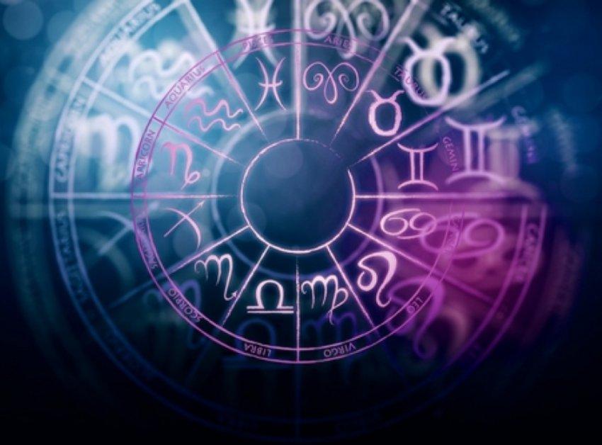 Астрологи советуют внимательнее относится к деньгам