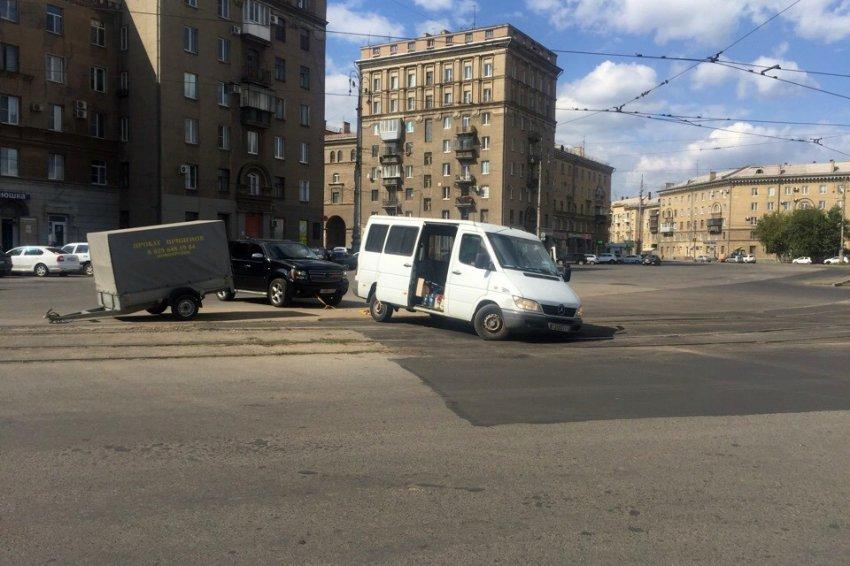 Белорусский микроавтобус угодил в магнитогорскую яму