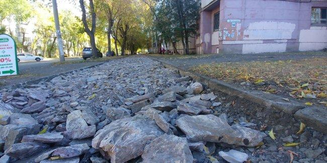 Вместо тротуаров – ямы и булыжники