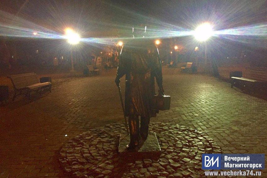 Бронзовые скульптуры подсветили