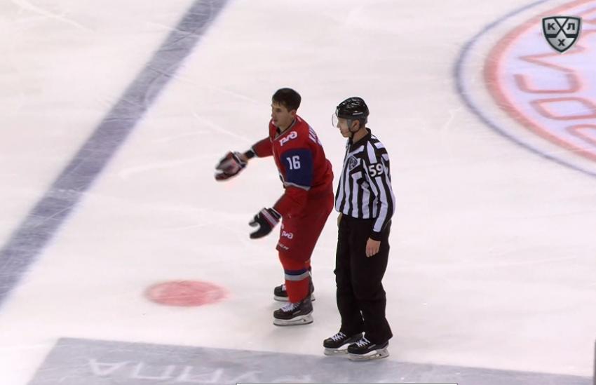 Хоккеист ударил судью в КХЛ