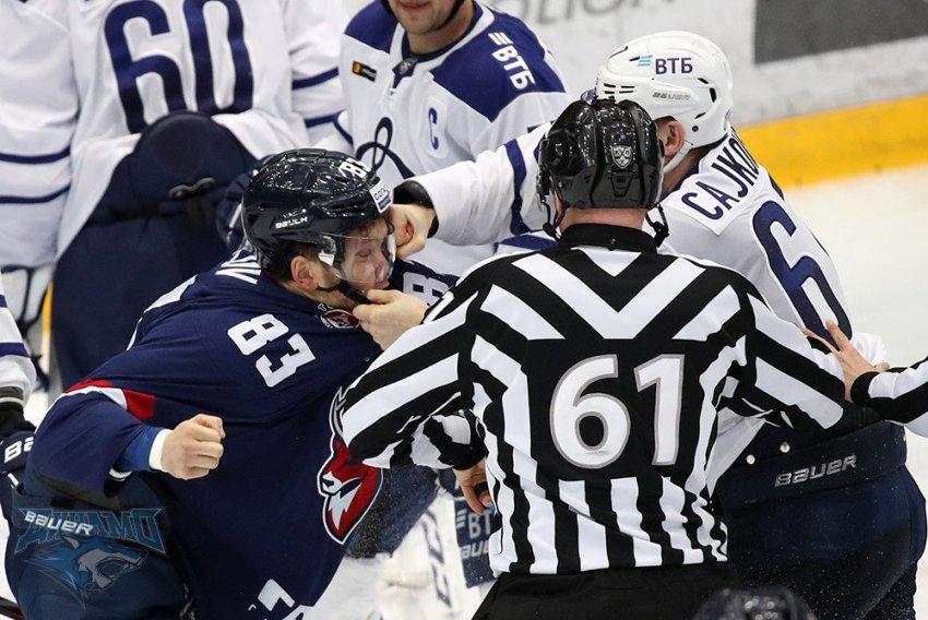 Два хоккеиста КХЛ устроили ледовое побоище
