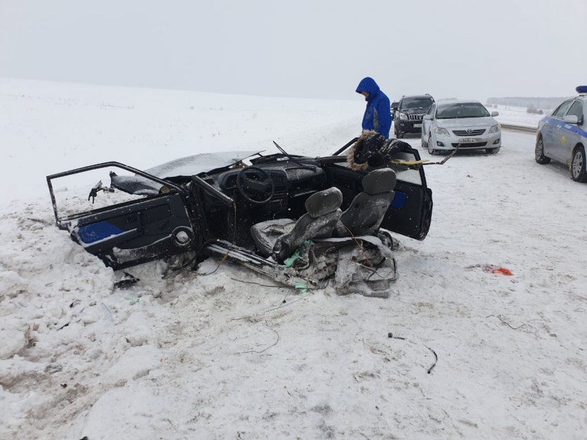 Автомобиль разорвало на две части