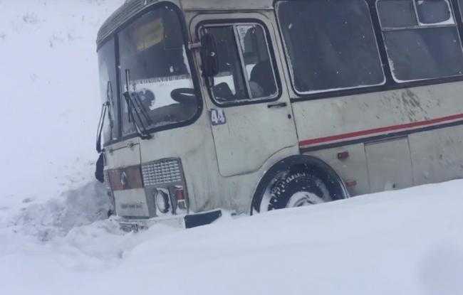 Белым снегом все дороги замело