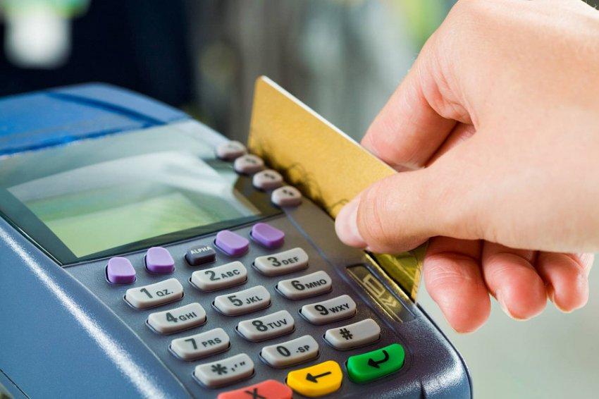 Таксист выкрал банковскую карту пока пассажирка отвернулась