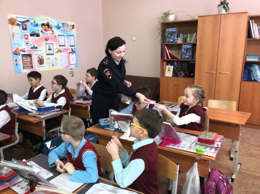 Полицейские преподнесли подарок школьникам
