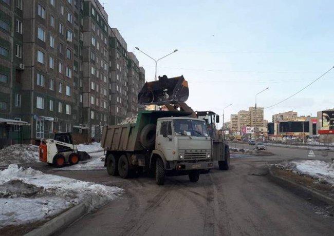 С улиц города вывозят кубометры мусора