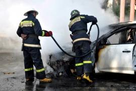 В автосалоне загорелся автомобиль
