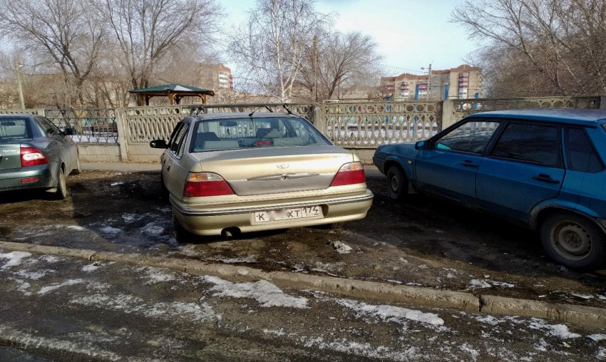 Магнитогорцы устроили парковку на газоне