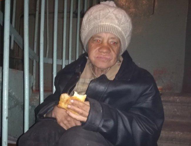 Пенсионерка три дня жила в подъезде