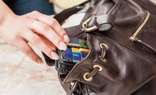 Украл телефон из расстёгнутой сумочки