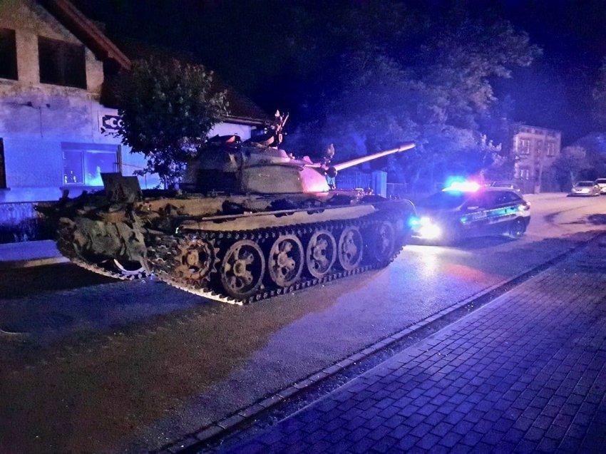 Пьяные поляки разъезжали по дороге на советском танке