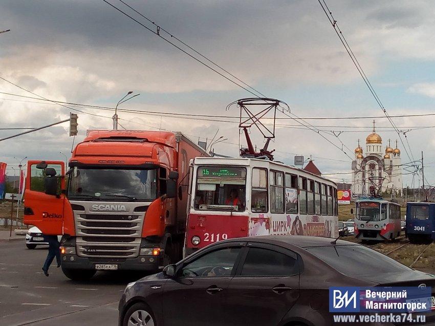 Фура и трамвай не поделили дорогу