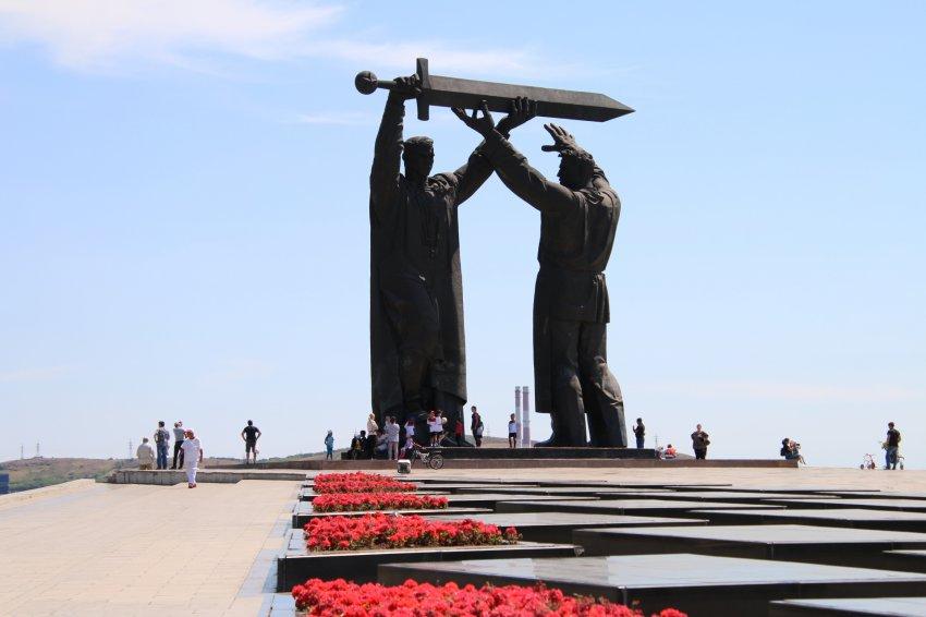 Этот меч был поднят на врага в Сталинграде и опущен на свастику в Берлине