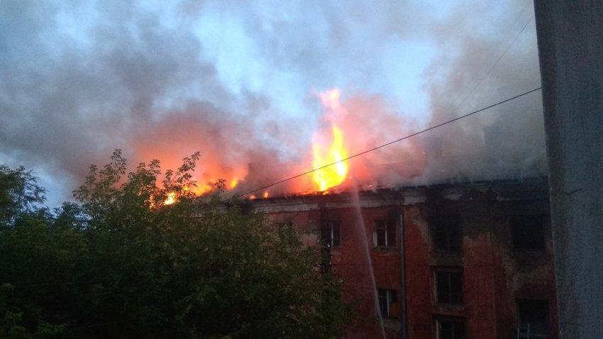 В Магнитогорске горит общежитие