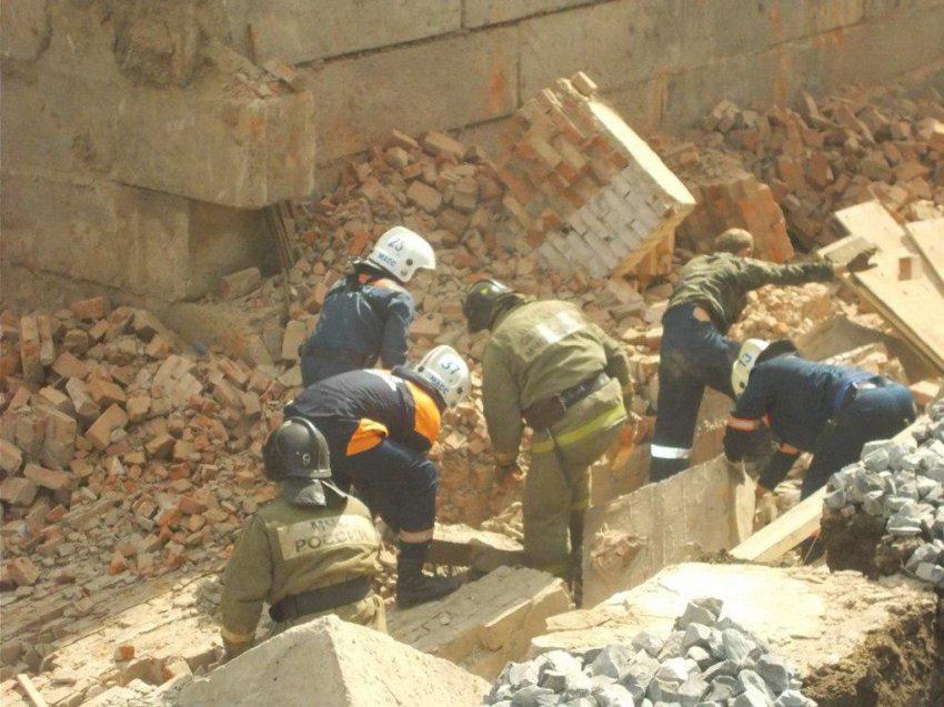 На стройке в Новосибирске обрушилась одна из стен здания