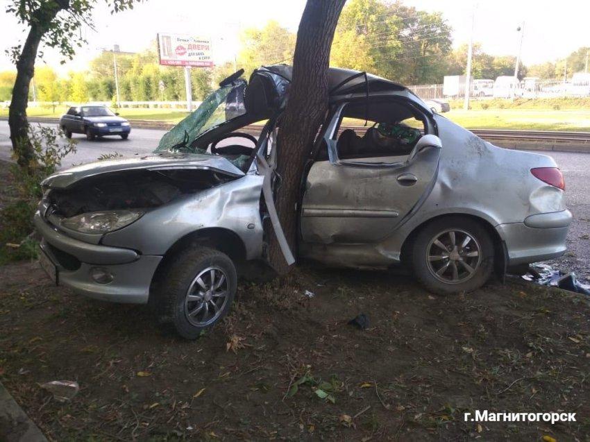 Автоледи не справилась с управлением и влетела в дерево