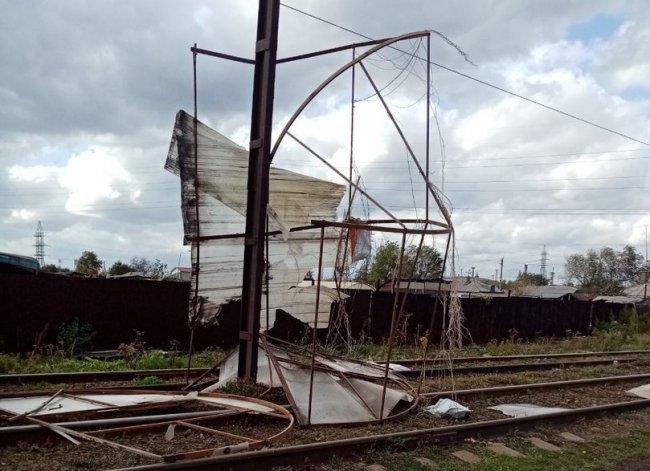 Повалил деревья и сорвал крышу