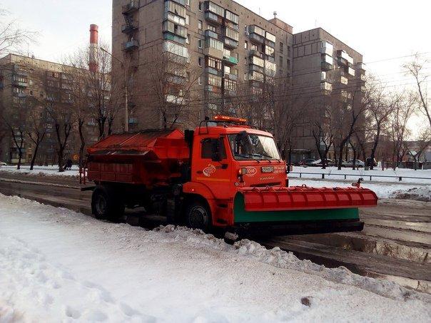 Расчищают снег днём и ночью