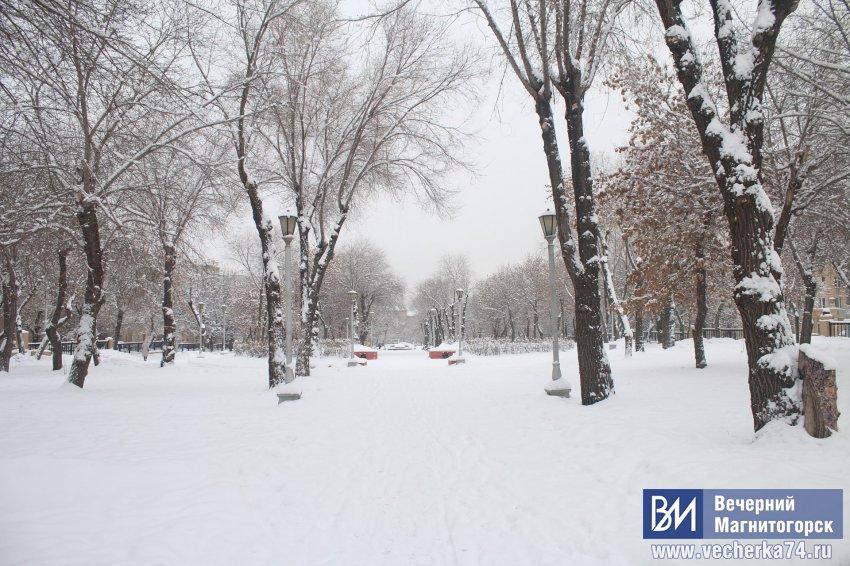 Город заметает снегом