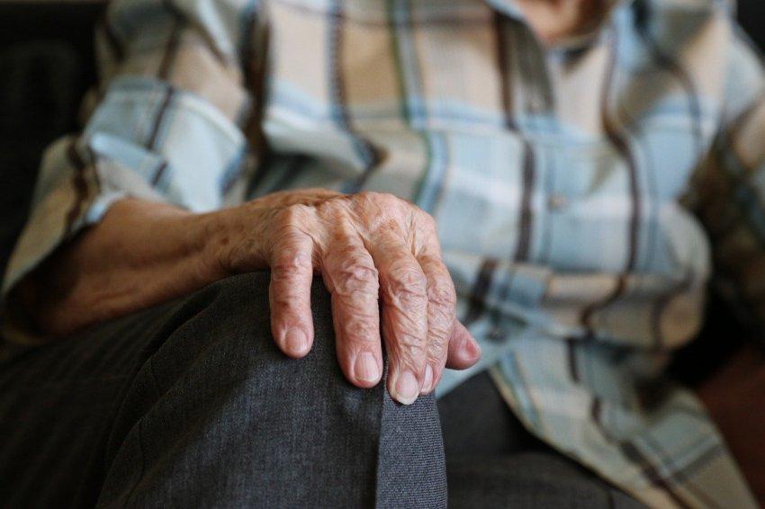 Пожилым людям лучше сидеть дома
