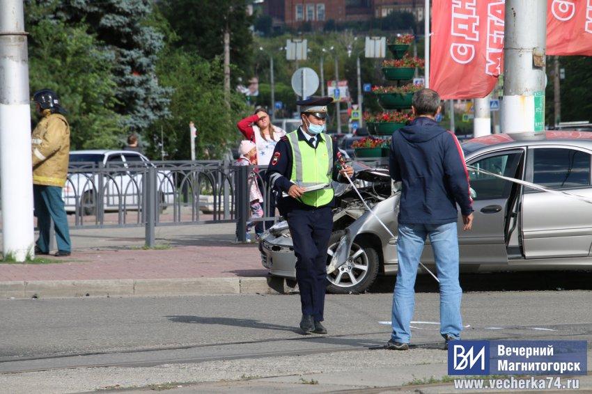 В центре Магнитогорска перевернулась скорая помощь