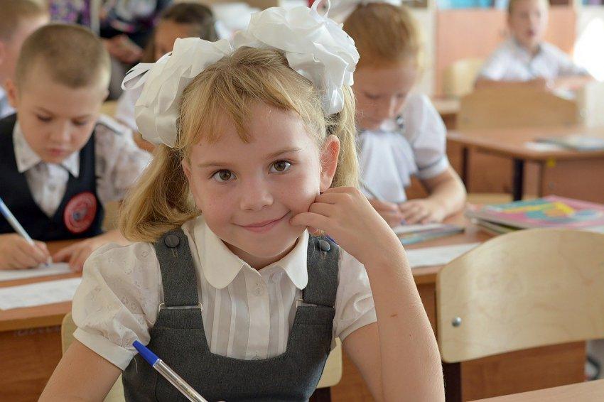Родителям школьников назначили выплаты к началу учебного года